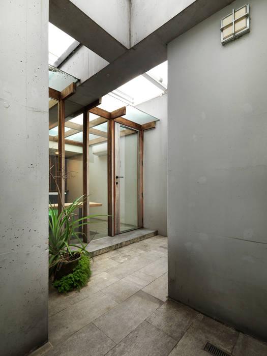Minimalist corridor, hallway & stairs by 木耳生活藝術 Minimalist