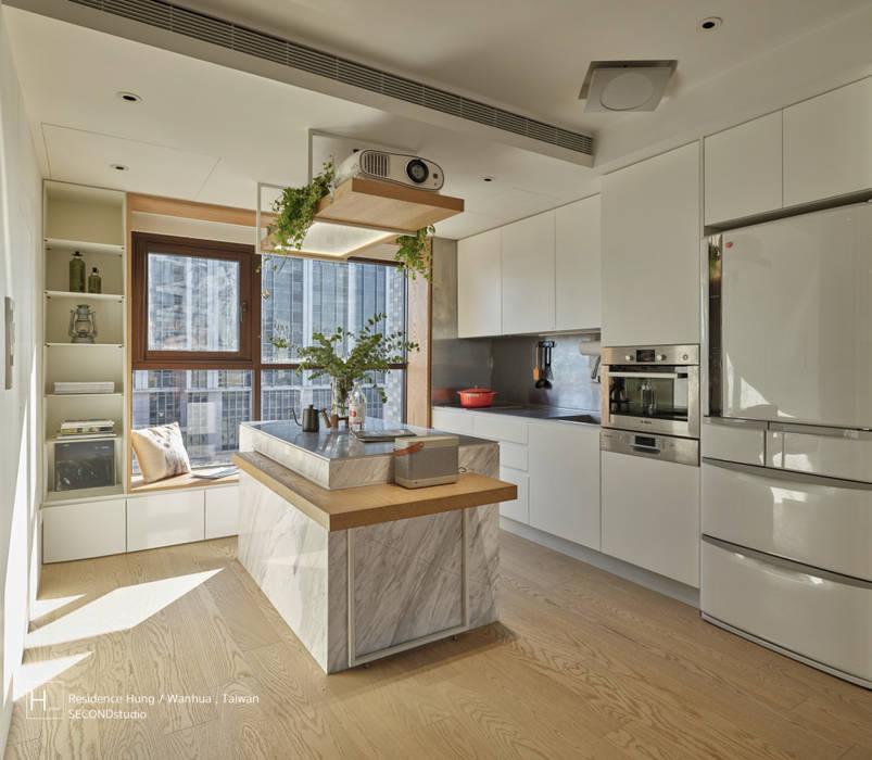 廚房空間也設有一臥榻 根據 SECONDstudio 現代風