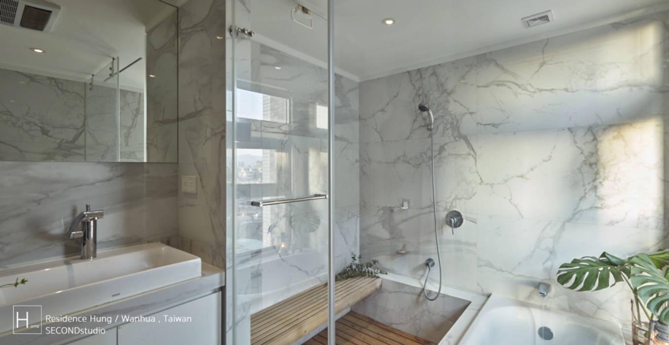 淋浴空間設有坐板 現代浴室設計點子、靈感&圖片 根據 SECONDstudio 現代風