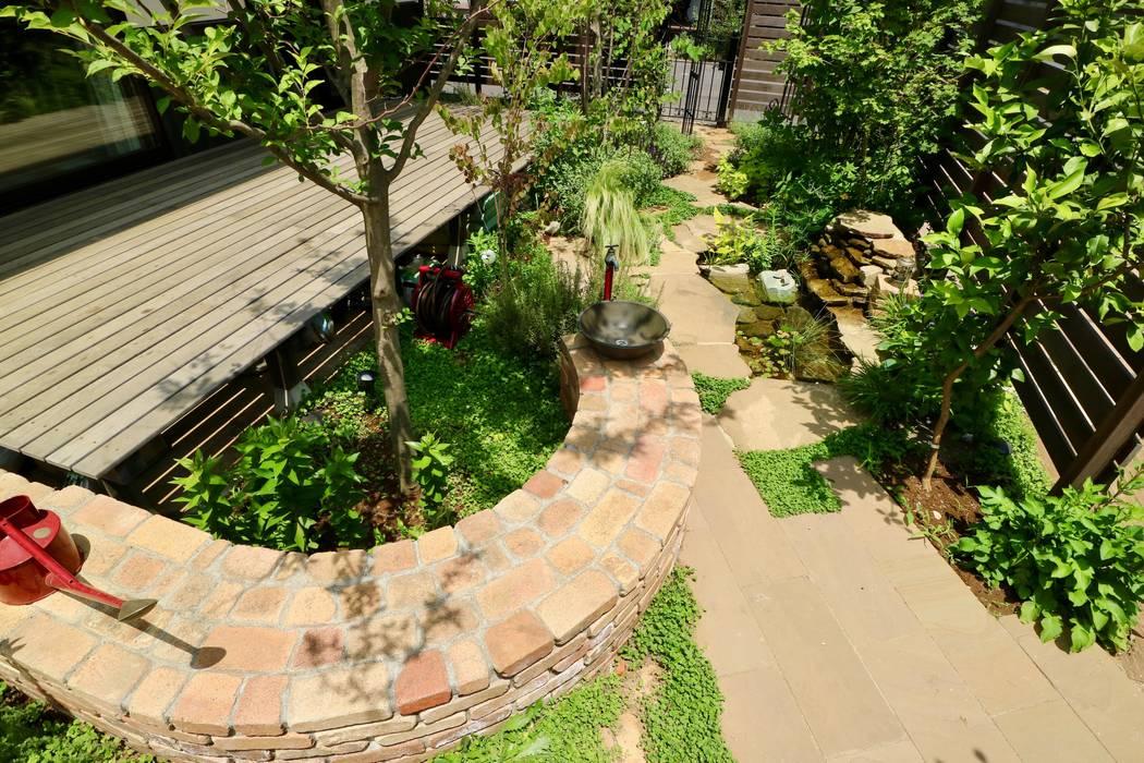 樹々に囲まれる事が至福になる和洋折衷の里山スタイル: 株式会社Garden TIMEが手掛けたアプローチです。,カントリー レンガ