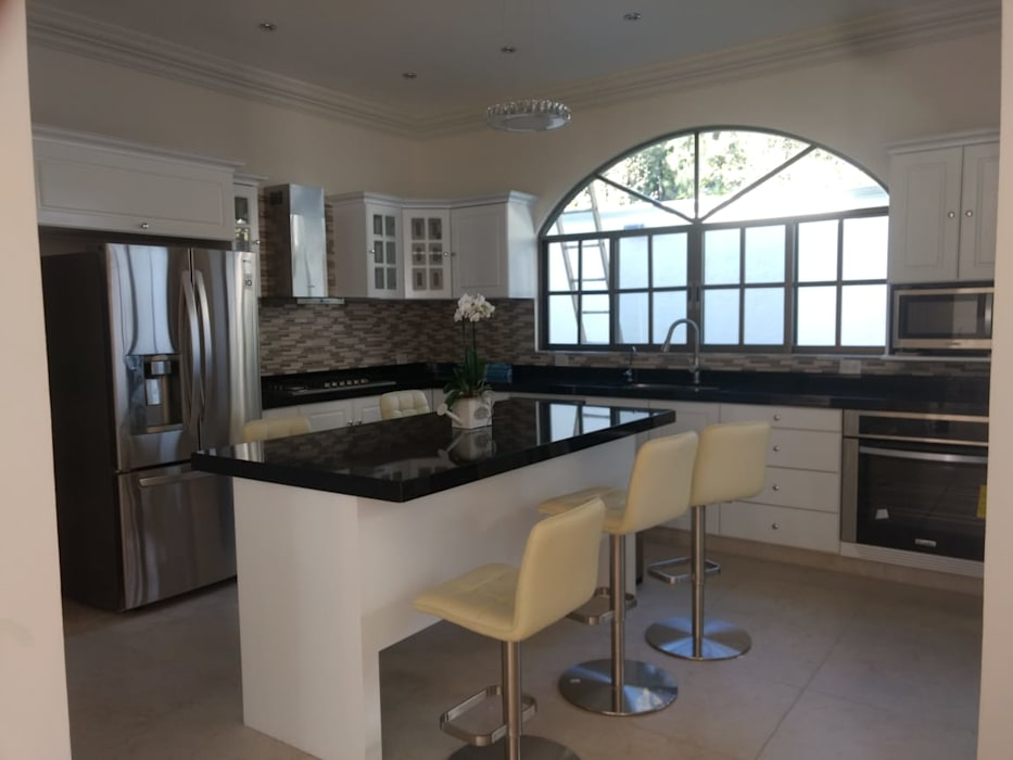 Residencia Dórica: Cocinas equipadas de estilo  por AR216, Clásico Granito