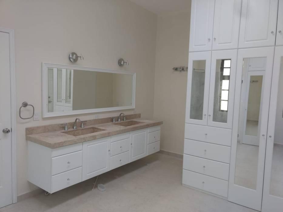 Residencia Dórica: Baños de estilo  por AR216, Clásico Azulejos