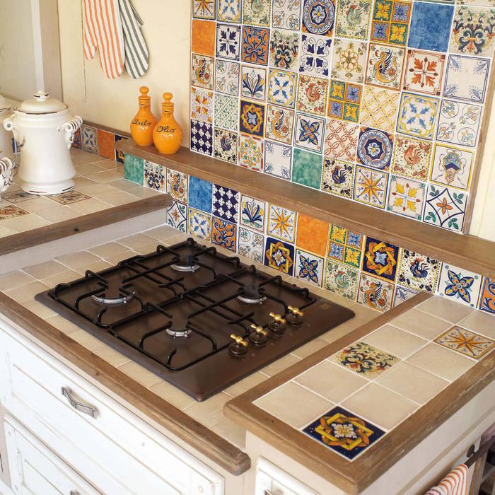 Piano cucina muratura in piastrelle di mobili a colori ...