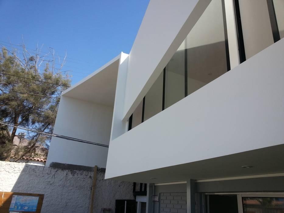 Oficinas SernamEG: Ventanas de estilo  por Yañez y Muñoz Arquitectos, Minimalista