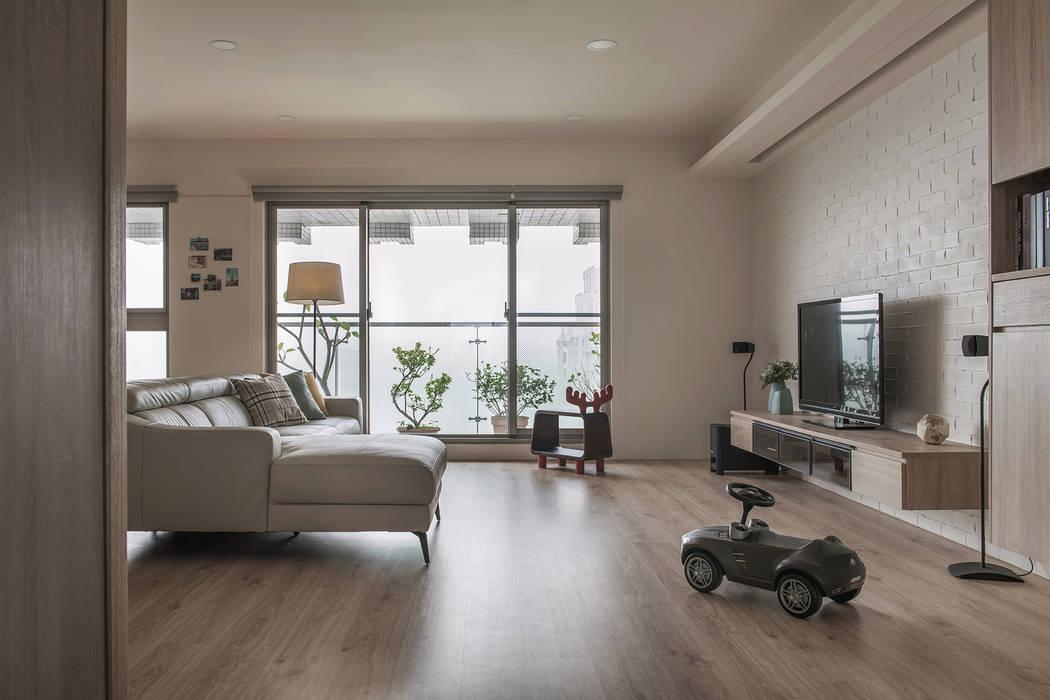 木製地板與石磚電視牆:  客廳 by 詩賦室內設計, 現代風