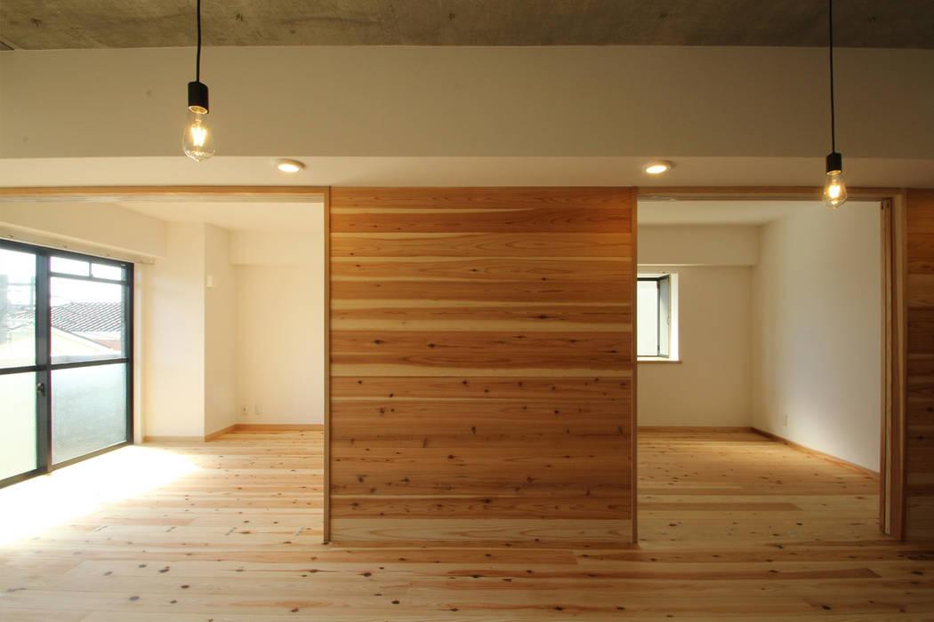 アクセント壁 可動間仕切 開: 三浦喜世建築設計事務所が手掛けた壁です。,ミニマル 木 木目調
