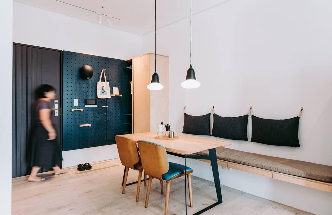 小空間的低預算整理術,巧妙的隔間簾示範|遮光布簾.捲簾 空間構成:Atelier Boter 拾五設計 MSBT 幔室布緹 斯堪的納維亞風格的走廊,走廊和樓梯 金屬 Blue
