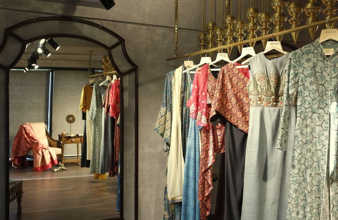 Espaços comerciais rústicos por Neha Changwani Rústico