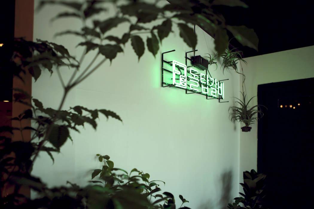 Paredes y pisos de estilo moderno de 주식회사 큰깃 Moderno