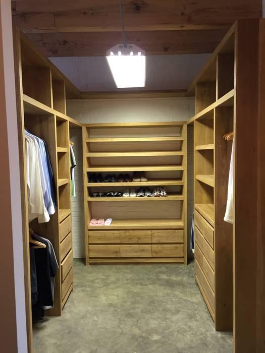 VESTIDOR PRINCIPAL: Vestidores y closets de estilo  por De León Profesionales,