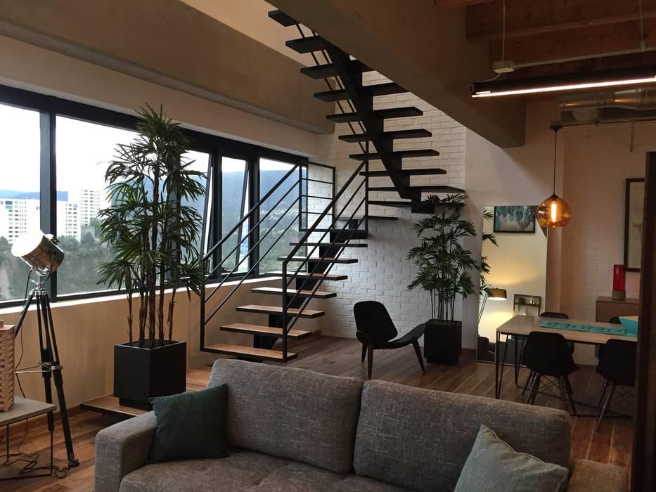 ESCALERAS: Escaleras de estilo  por De León Profesionales,
