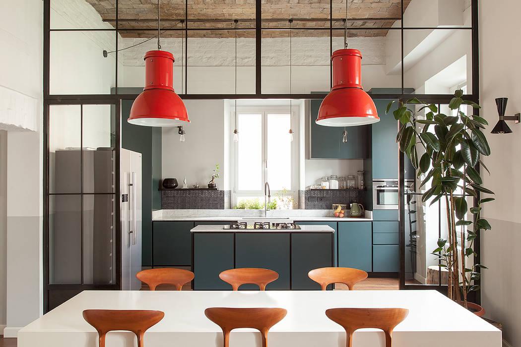 Cucina a vista sul salone : soggiorno in stile di manuela ...