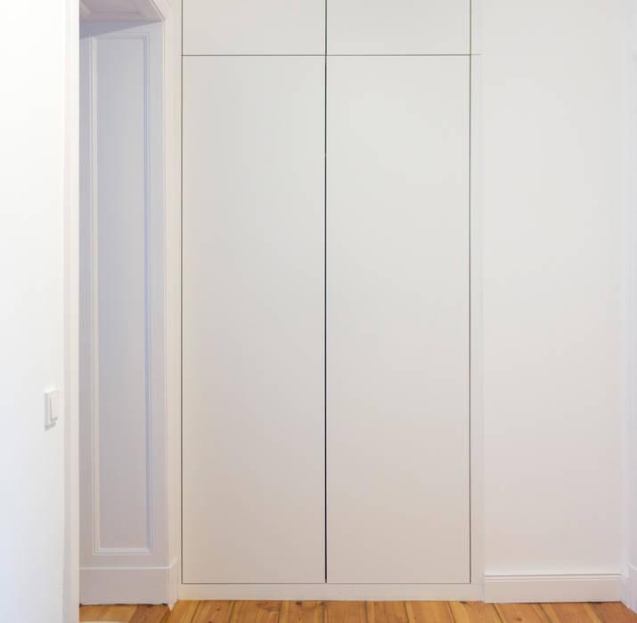 Koridor dan lorong oleh GANTZ - Regale und Einbauschränke nach Maß, Modern Kayu Buatan Transparent