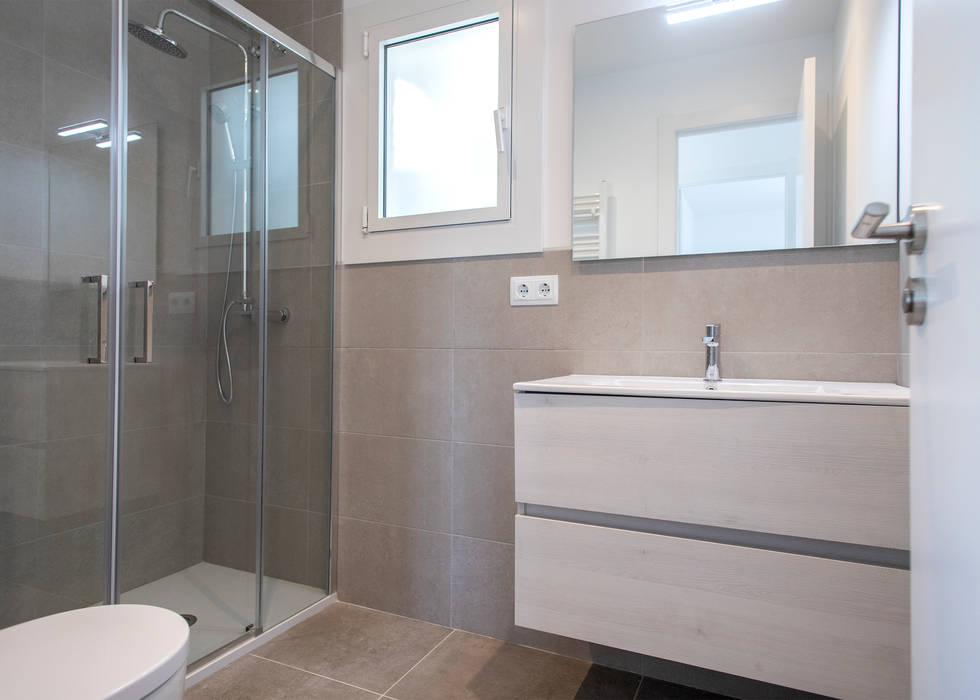 Reforma de baño principal: Baños de estilo  de Grupo Inventia, Moderno Azulejos