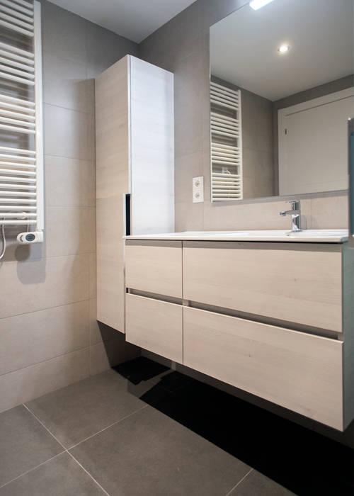 Almacenaje baño: Baños de estilo  de Grupo Inventia, Mediterráneo Madera Acabado en madera