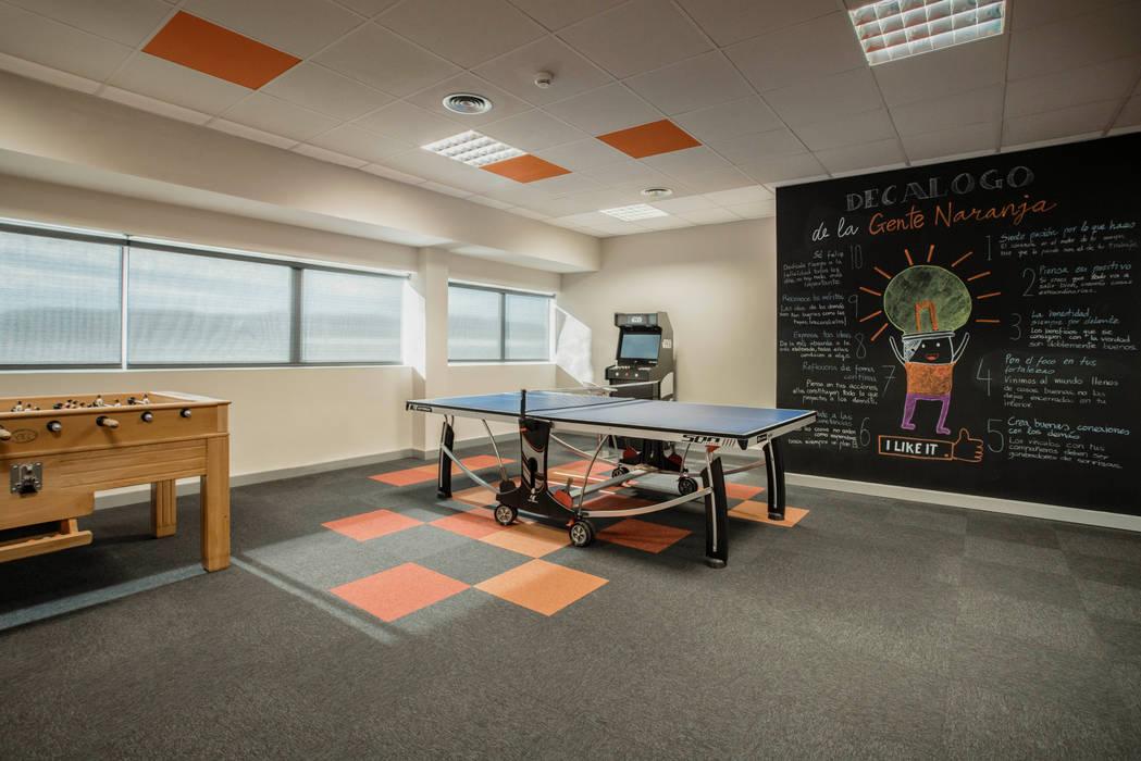 Sala de juegos para oficinas: Edificios de oficinas de estilo  de Tono Lledó Estudio de Interiorismo en Alicante ,