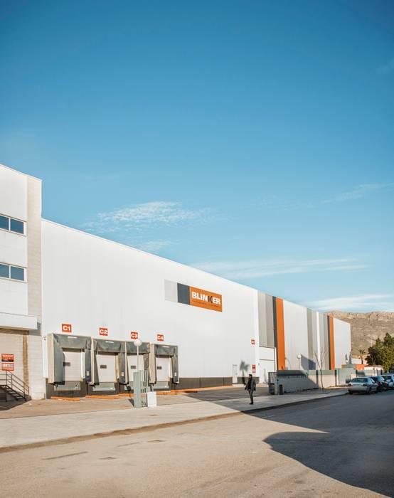 Diseño de fachada lateral para nave industrial: Edificios de oficinas de estilo  de Tono Lledó Estudio de Interiorismo en Alicante ,