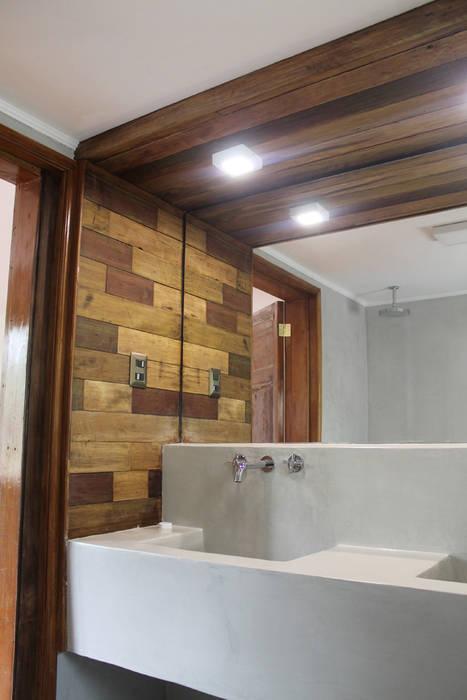 CENEFA MADERA RECICLADA: Baños de estilo  por Vetas Sur,