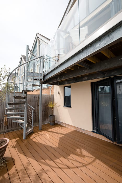 Exterior view of balcony spaces, glazed balustrade and exterior stairs Oleh dwell design Modern