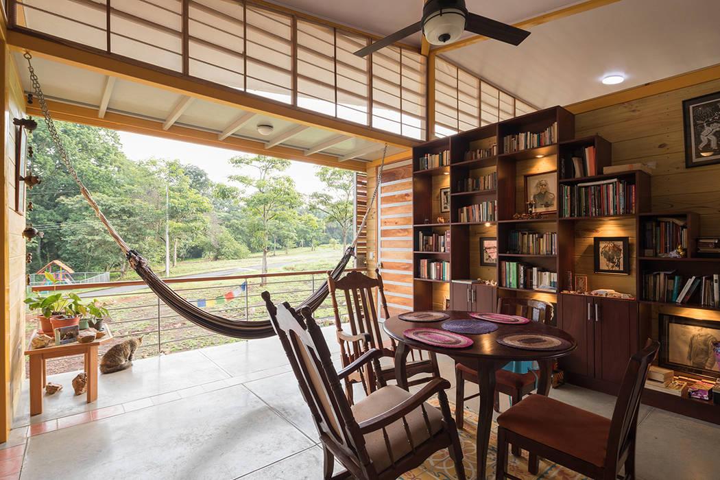CASA ESPARZA - SALA: Salas / recibidores de estilo  por YUSO, Tropical Madera Acabado en madera