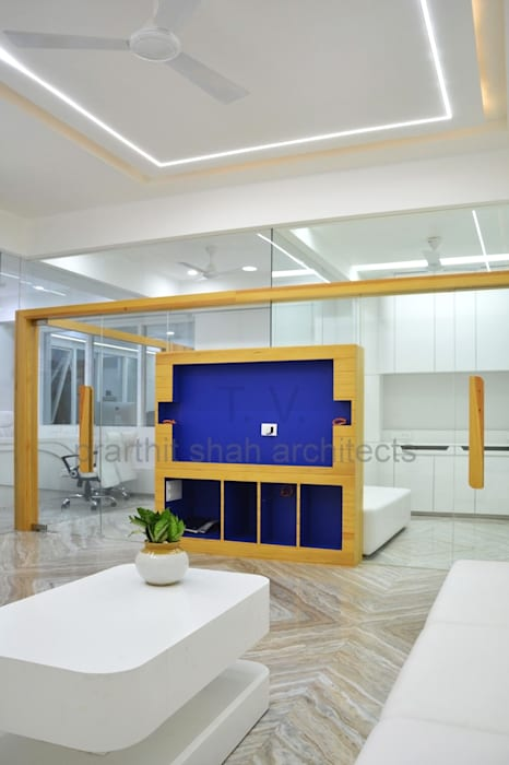 Waiting Area Partition Design Minimalist study/office by prarthit shah architects Minimalist