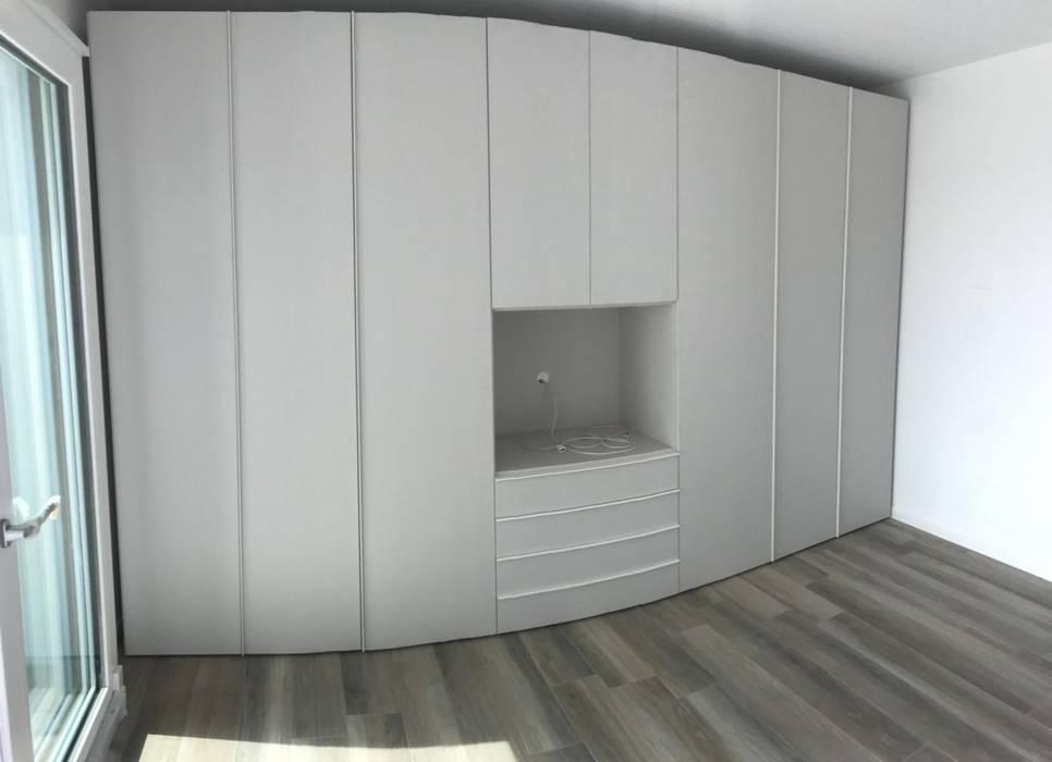 Armadio con vano porta tv: camera da letto in stile di l&m ...