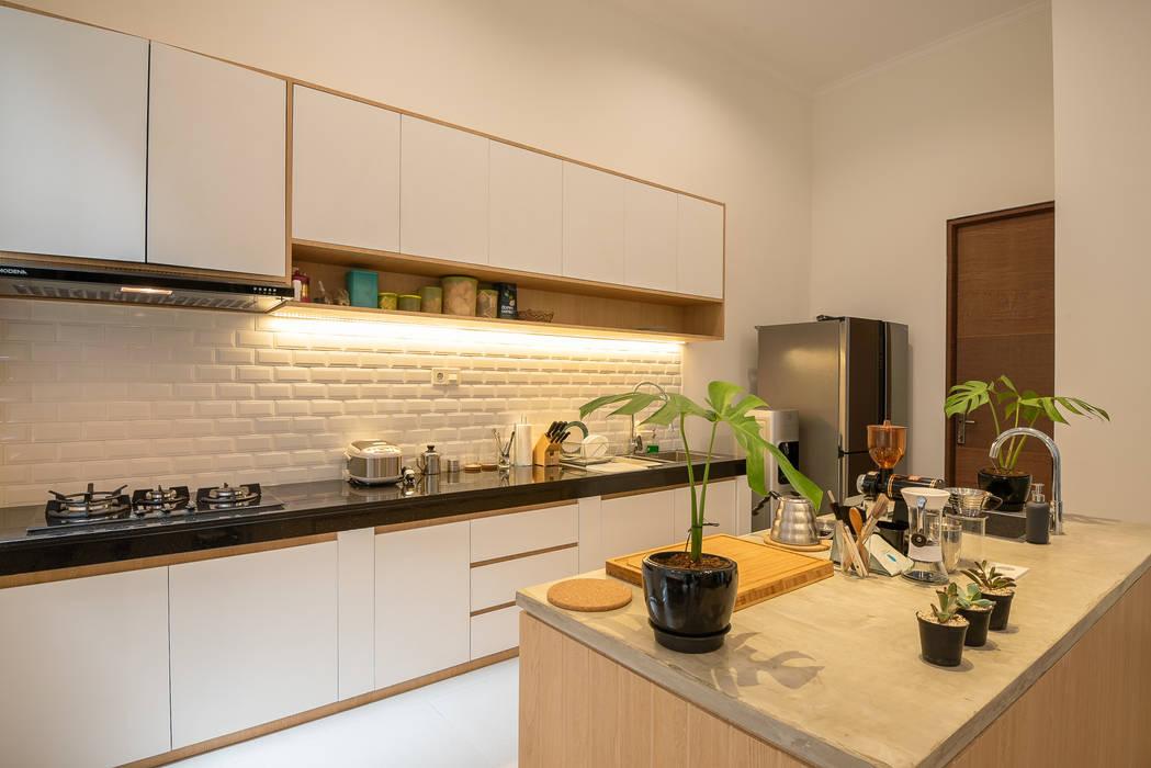 tropical modern pantry Oleh PT Membangun Harapan Sukses Modern Kayu Lapis
