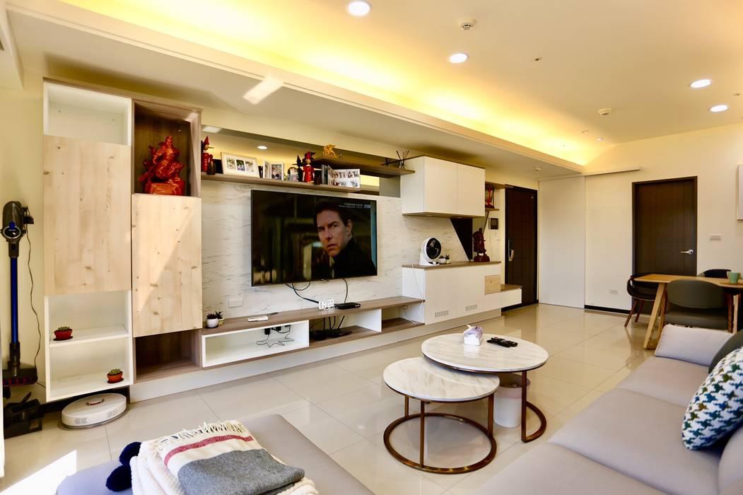 客廳:  牆面 by 藏私系統傢俱, 簡約風