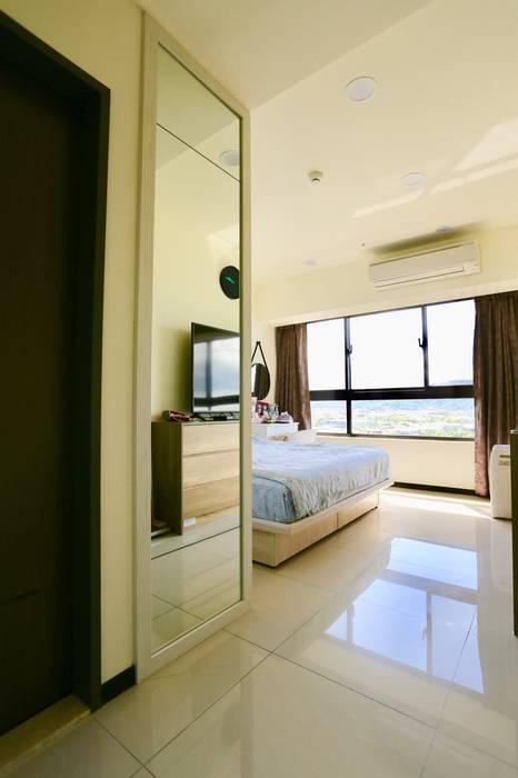 臥房衣櫃旁裝設了大片連身鏡:  小臥室 by 藏私系統傢俱, 簡約風