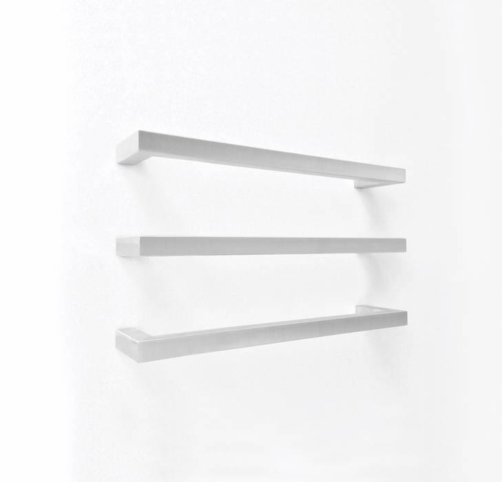 Elektrischer Handtuchwärmer M Tube Square in Edlestahl gebürstet:  Badezimmer von RF Design GmbH,Minimalistisch