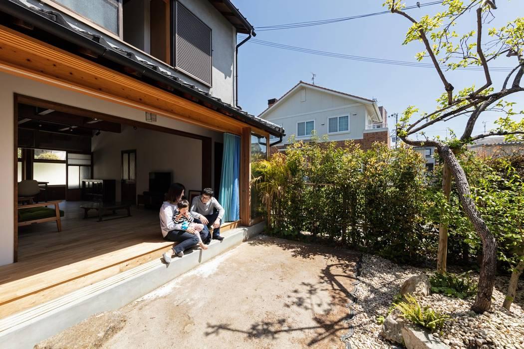 Sukima House Balkon, Beranda & Teras Gaya Asia Oleh 山本嘉寛建築設計事務所 YYAA Asia Parket Multicolored