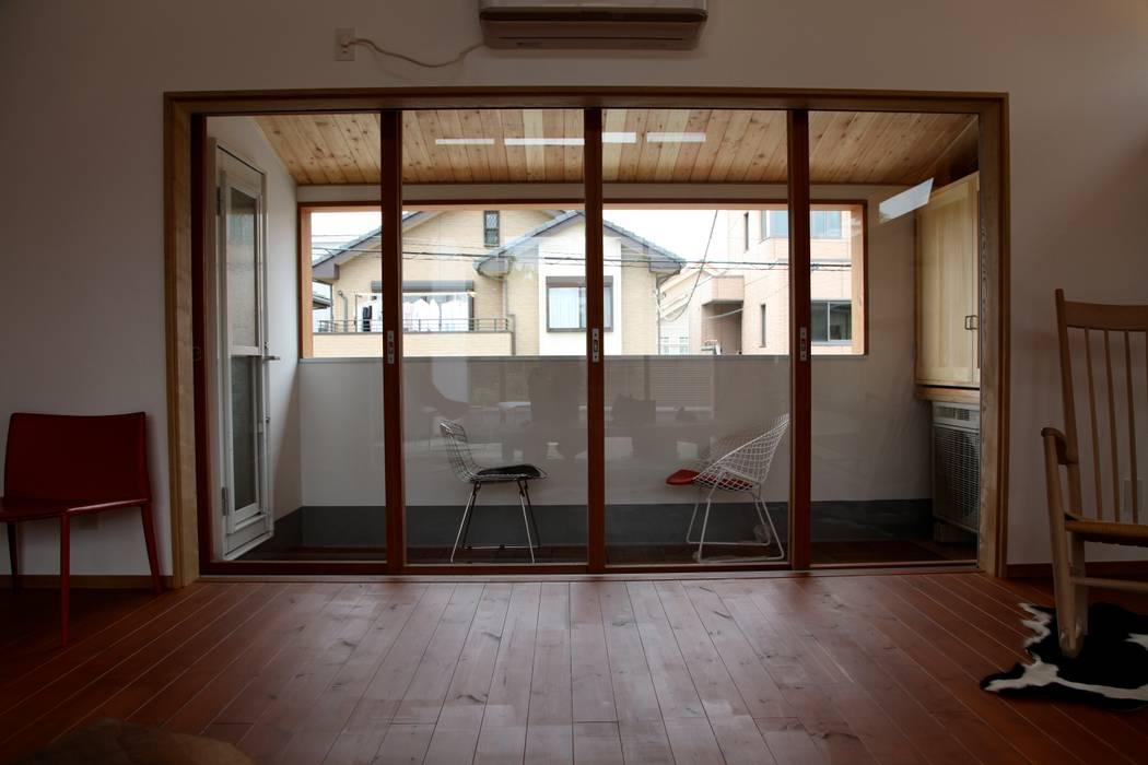 Ventanas de madera de estilo  por 株式会社高野設計工房, Moderno