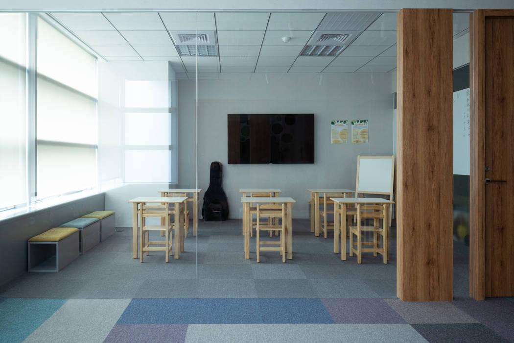多媒體教室 Minimalist offices & stores by 昕益有限公司 Minimalist