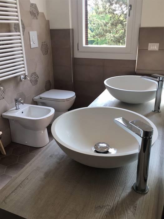 Ristrutturazione interna Vimercate: Bagno in stile  di Geometra Lorenzo Borgonovo, Moderno