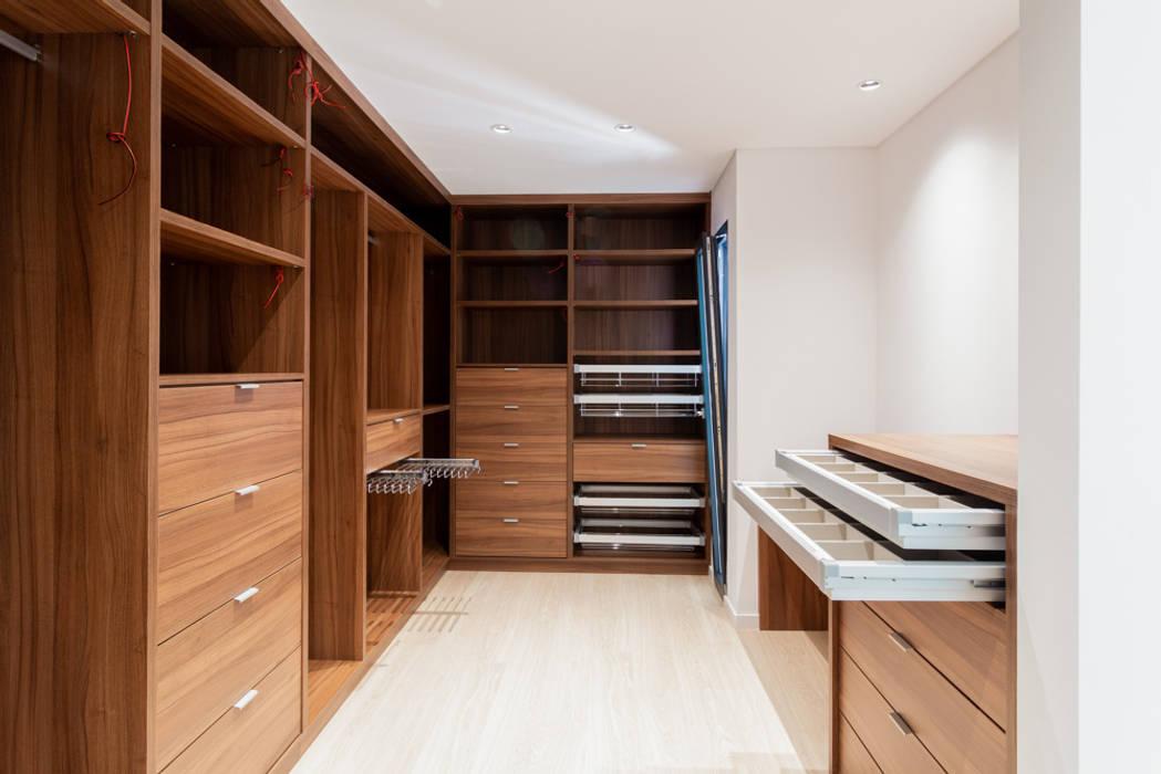 Ruang Ganti Klasik Oleh HOUSE PHOTO Klasik