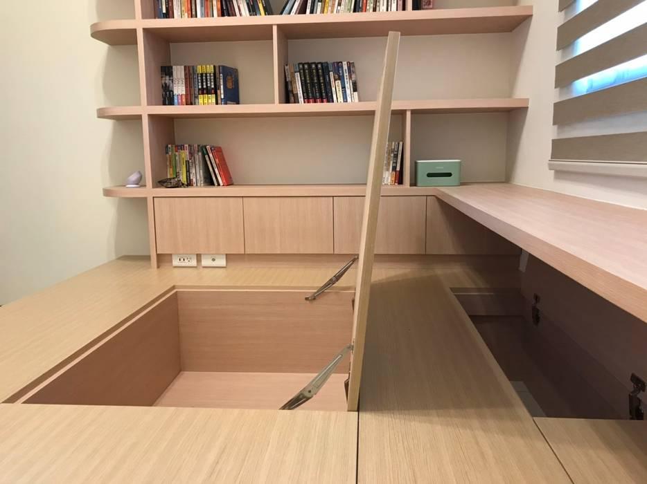 書房與收納床座的結合:  書房/辦公室 by 台中室內設計裝修|心之所向設計美學工作室, 簡約風