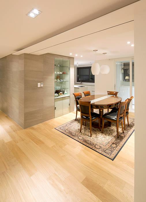 Salle à manger moderne par studio FOAM Moderne