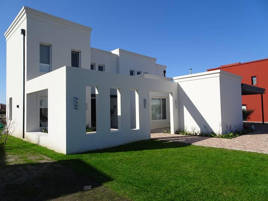 Acceso por patio: Casas unifamiliares de estilo  por Estudio Dillon Terzaghi Arquitectura - Pilar,Clásico Ladrillos