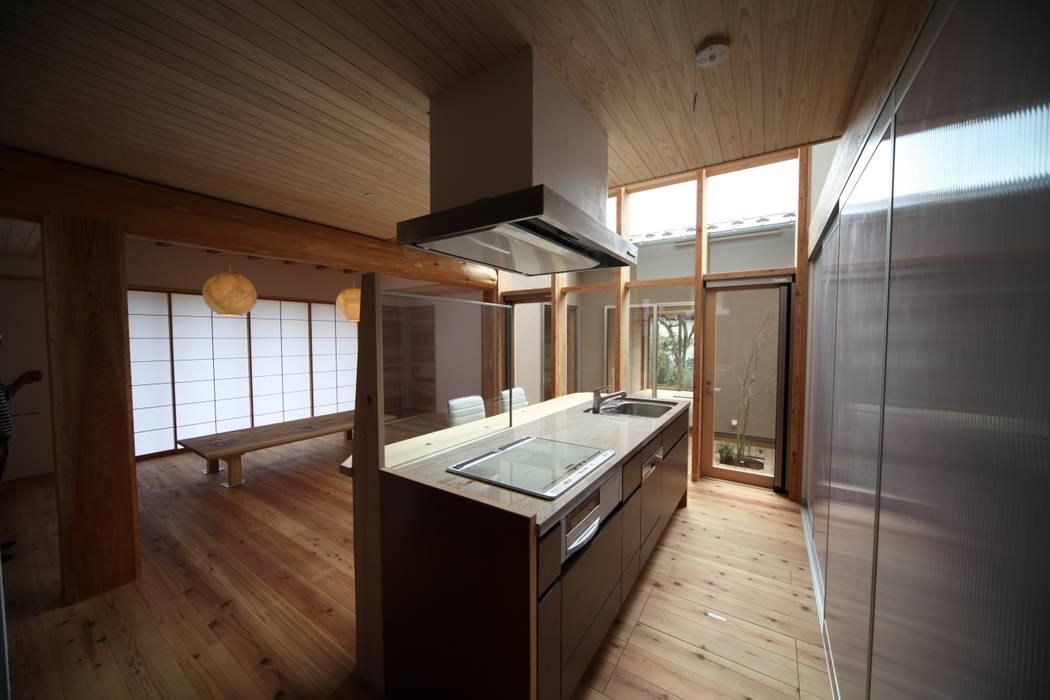 キッチン 木製カーテンウォール: 株式会社高野設計工房が手掛けたシステムキッチンです。,和風