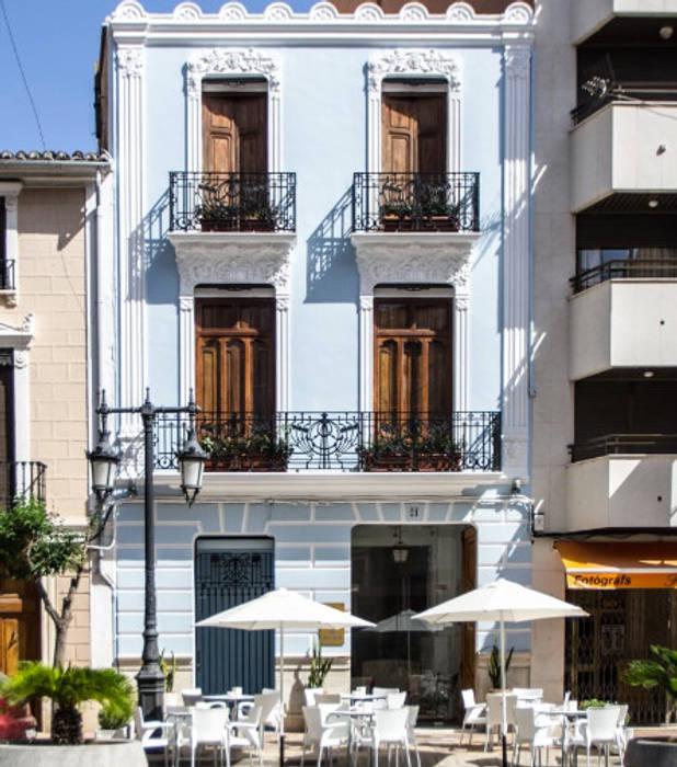 fachada Bares y clubs de estilo ecléctico de La Mano Derecha estudio Ecléctico