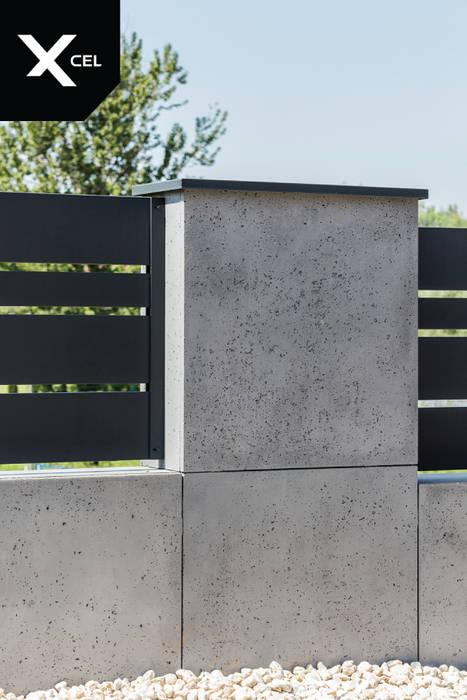 Murki z betonu architektonicznego i aluminiowe przęsła od XCEL Fence Nowoczesny