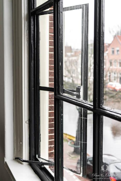 Binnen kozijnen geschilderd met Carazzo matte lakverf in de kleur Black Moderne woonkamers van Pure & Original Modern