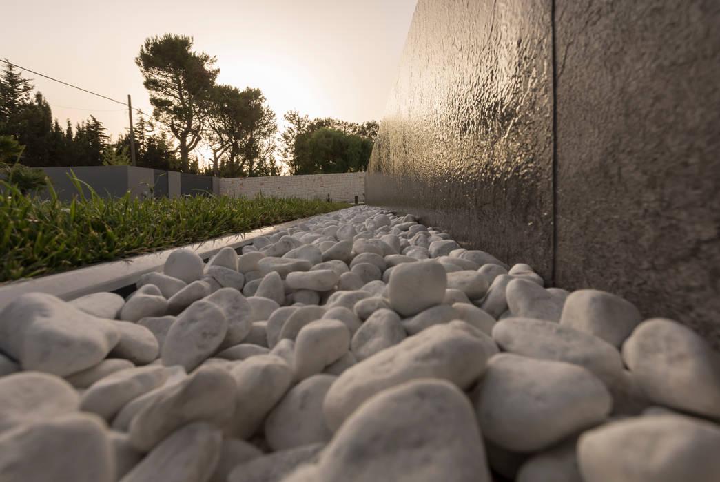 La vasca di raccolta della piscina a sfioro Piscina moderna di DFG Architetti Associati Moderno