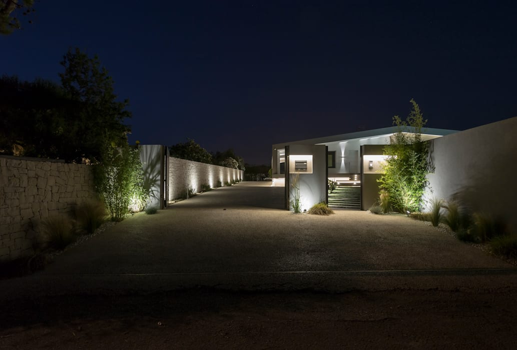 Vista notturna del vialetto Case moderne di DFG Architetti Associati Moderno