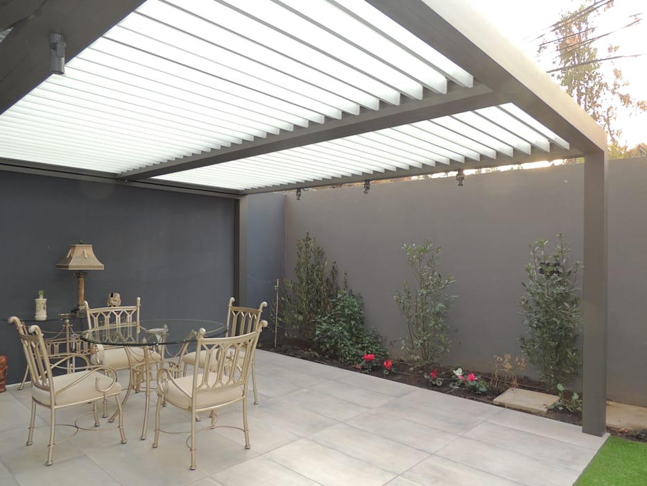 Terraza Bioclimática Spatio Balcones y terrazas modernos de Comercial Dominguez Moderno Aluminio/Cinc