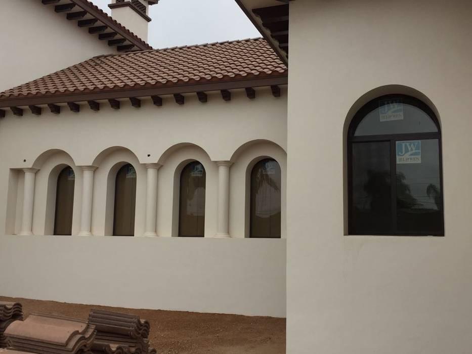 Puertas y ventanas de estilo moderno de OC VENTANAS Y PROYECTOS Moderno Aluminio/Cinc