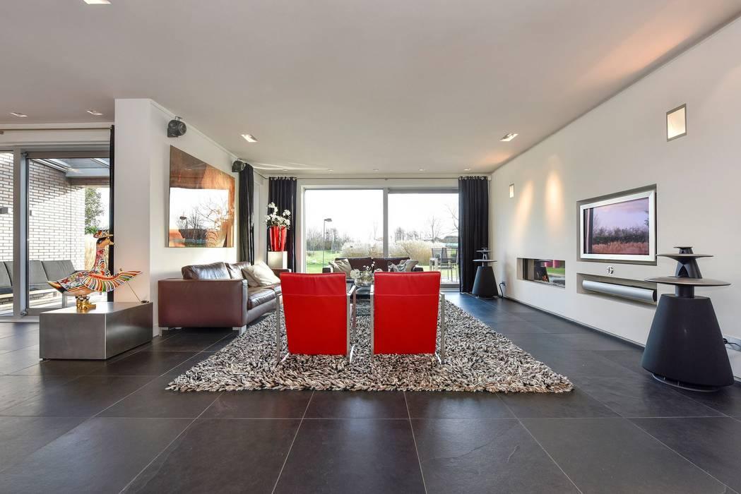 Ruang Keluarga Modern Oleh Studio FLORIS Modern Batu Tulis