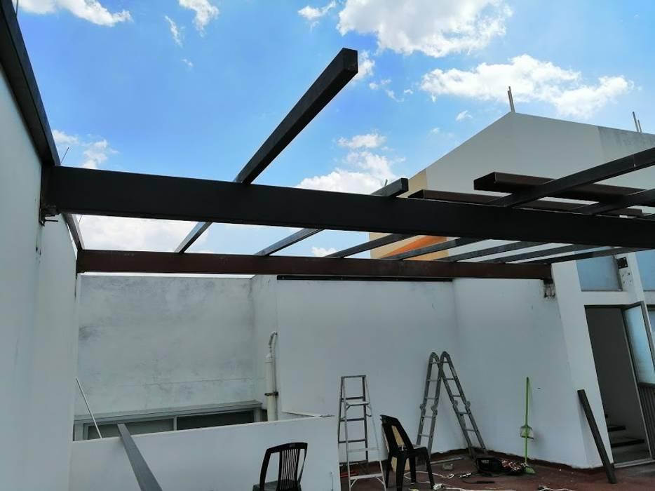 Toit-terrasse de style  par Espacios Mas Iluminados, Minimaliste Fer / Acier