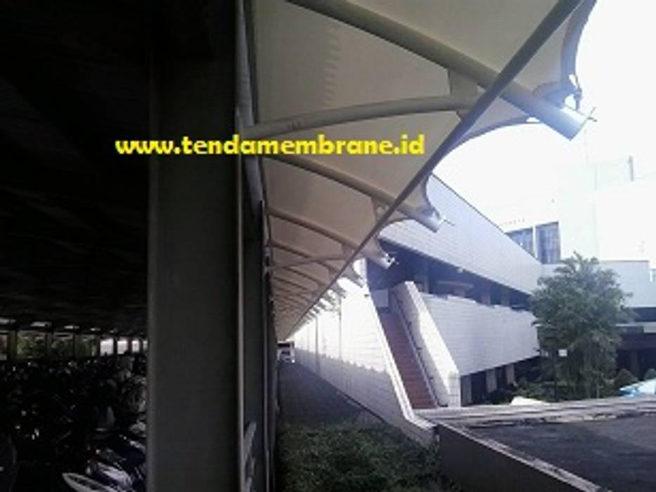 kanopi parkir motor lantai 2 Bangunan Kantor Tropis Oleh Fortuna Jaya Kreasi Tropis Komposit Kayu-Plastik