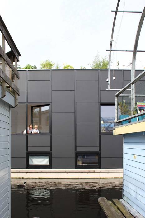 Woonboot waterwoning Julius Taminiau Architects Prefab woning Hout Zwart